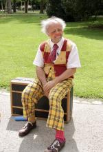 Clown Pippo auf Stelzen